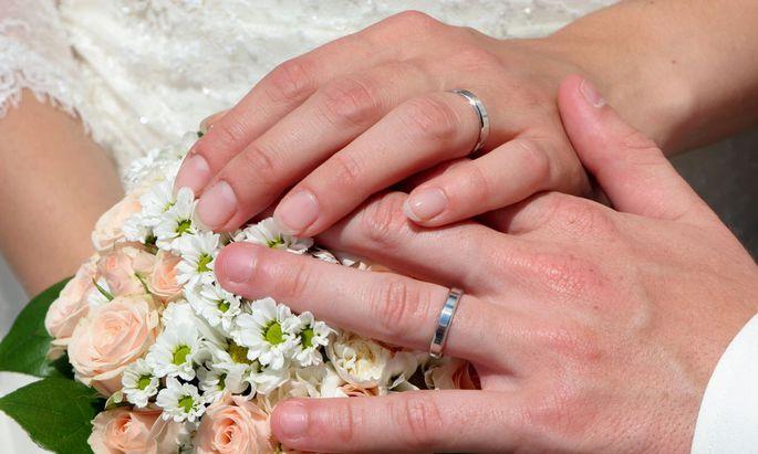 Hochzeit - Haende mit Ringen