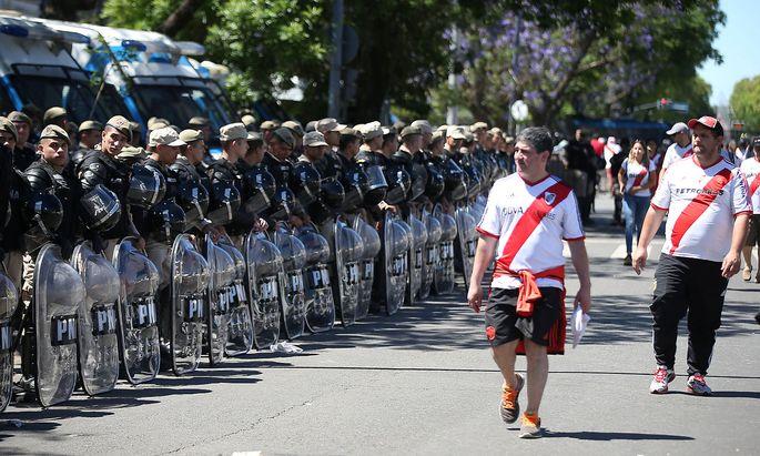 River-Plate-Fans gehen an Polizisten vorbei