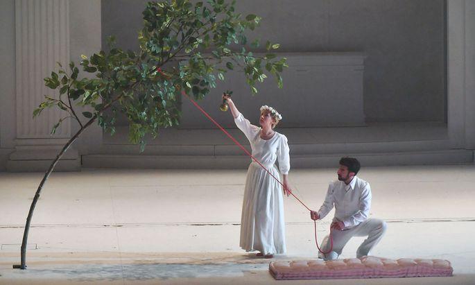 """Zerlina (Anna Lucia Richter) und Don Giovanni (Davide Luciano) bei der Fotoprobe des neuen """"Giovanni"""" der Salzburger Festspiele."""