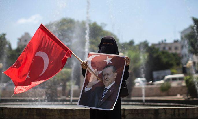 Unterstützung für Erdoğan. Eine Anhängerin der Hamas im Gazastreifen bei einer Solidaritätskundgebung für den türkischen Präsidenten.
