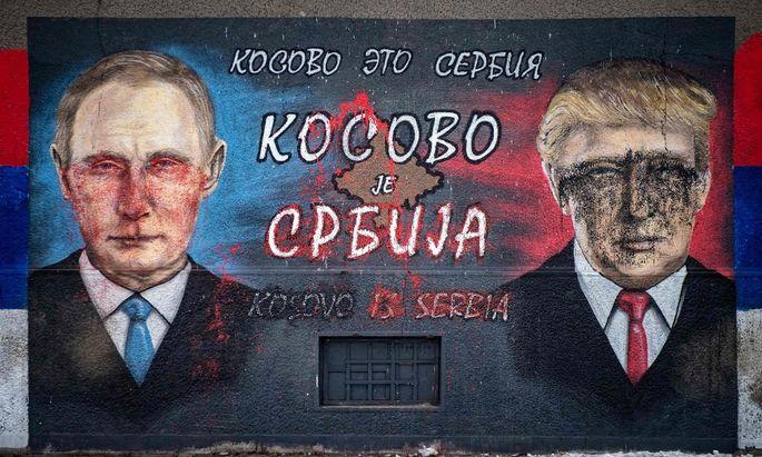 """""""Kosovo ist Serbien."""" Nationalisten haben auf eine Belgrader Mauer Bilder ihrer Idole Wladimir Putin und Donald Trump gemalt. Sie alle eint die Feindschaft zu George Soros."""