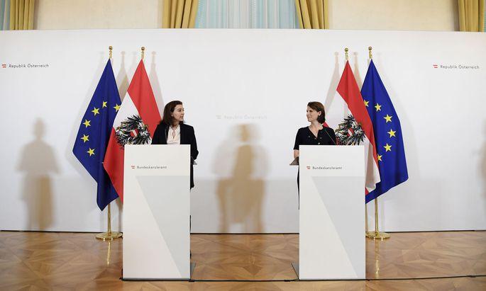 Die Ministerinnen Alma Zadić (li.) und Karoline Edtstadler verkündeten am Mittwoch im Kanzleramt die Maßnahmen.