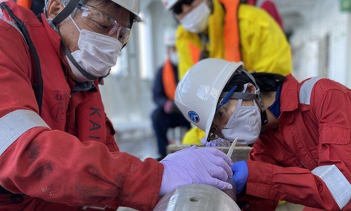 Das Team des Forschungsschiffes Kaimei nimmt noch bis Juni Bohrkerne vom Grund des Pazifiks.
