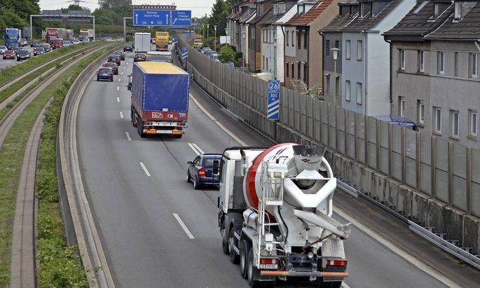 15 05 2007 Essen Nordrhein Westfalen Deutschland Berufsverkehr auf der Autobahn A40 Hinter de