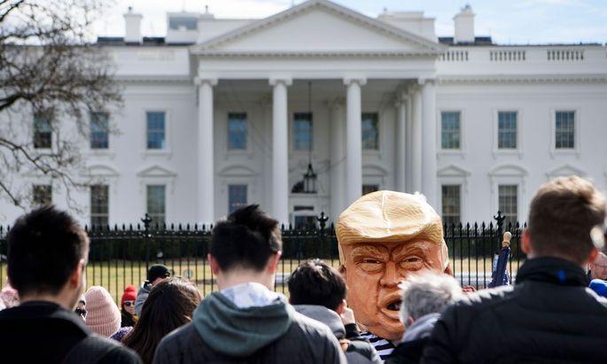 Touristen vor dem Weißen Haus. Kanzler Kurz wird heute in den Gemäuern zu Gast sein.