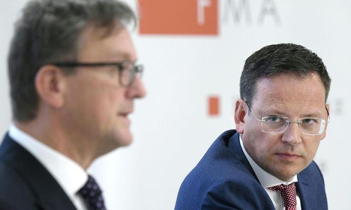 Die FMA-Chefs Helmut Ettl (l.) und Klaus Kumpfmüller sehen genau hin.
