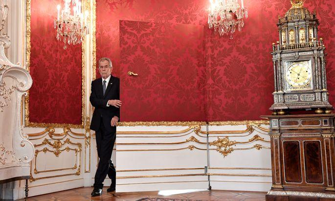 Bundespräsident Alexander van der Bellen vor der berühmten roten Tapetentür