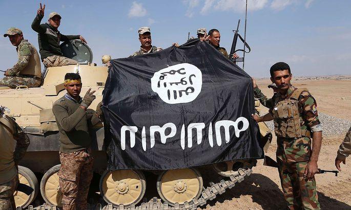Regierungstruppen mit einer umgedrehten IS-Flagge.