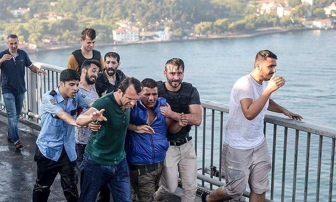 Am Morgen nach dem versuchten Coup gingen auch Zivilisten auf die Putschisten los