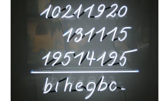 """""""Just Make Sense"""": leuchtendes Spiel zwischen Zahlen und Alphabet von Brigitte Kowanz, 2000."""