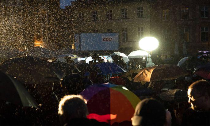 Als Angela Merkel am Dienstagabend auf dem Marktplatz für Armin Laschet wahlkämpfte, weinte der Himmel.
