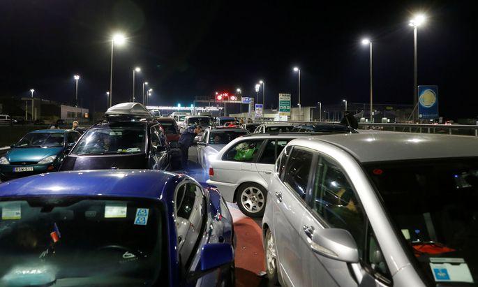 Stau am Grenzübergang Nickelsdorf: Die Autokolonne auf der A4 reichte zum Teil bis nach Fischamend zurück.