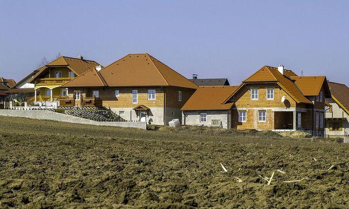 Neu gebaute H�user am Land Feld Acker �sterreich NIeder�sterreich Weinviertel *** Newly built h