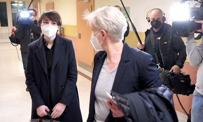 Grün-Politikerin Sigrid Maurer mit ihrer Anwältin Maria Windhager im Straflandesgericht Wien.