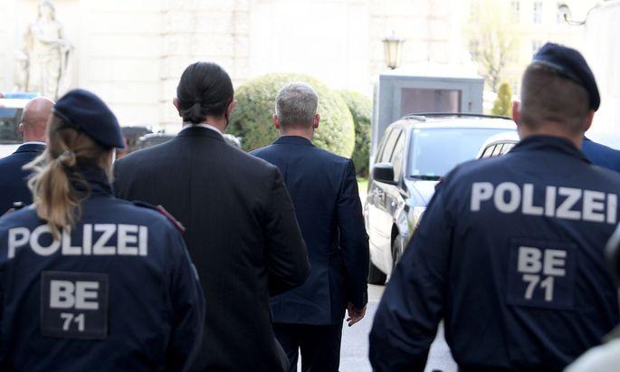 """Julian Hessenthaler (Mitte, begleitet von Anwalt Alfred Noll) hatte im April vor dem Ibiza-U-Ausschuss ausgesagt. Nun ist der """"Ibiza-Detektiv"""" angeklagt."""