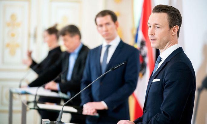 Finanzminister Gernot Blümel (Vordergrund) hat ein Budget mit vielen Variablen.