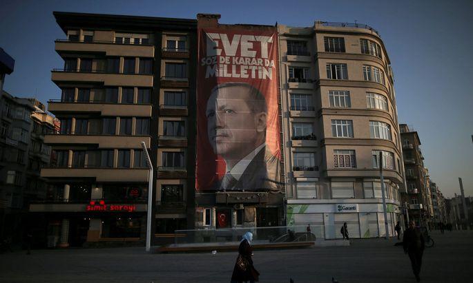 Finale im Wahlkampf. Mit gewaltigen Plakaten wirbt der türkische Staatschef Erdo˘gan in Istanbul für ein Ja zu dem von ihm geplanten Präsidialsystem. Es würde seine Machtfülle erweitern.