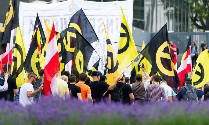 Aktivismus von ganz rechts: Demonstration der Identitären mit diversen Gegendemonstrationen in Wien im Sommer 2016.