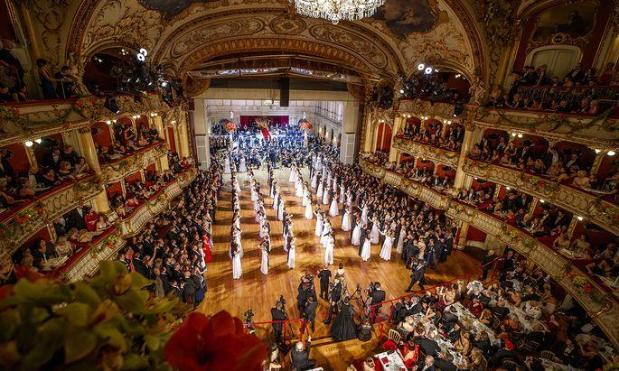 "Die 50 Debütantenpaare eröffneten die Grazer Opernredoute zu Antonin Dvoraks Oper ""Rusalka""."
