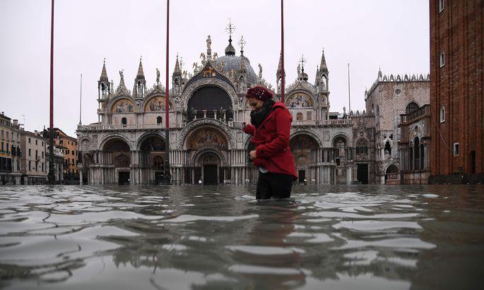 Der Markusplatz samt der Basilika San Marco und vielen anderen Gebäuden war am Mittwoch mehr als kniehoch überflutet.