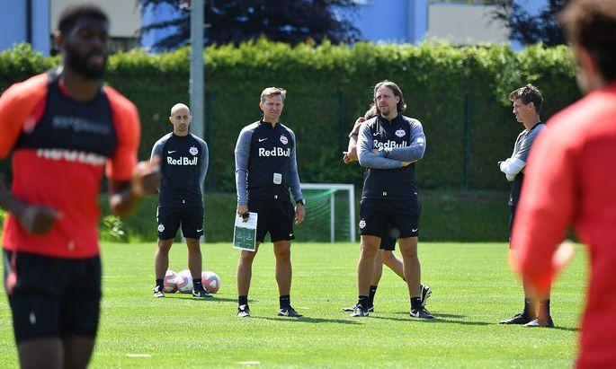 82 Tage nach dem letzten Pflichtspiel stehen Salzburg-Trainer Jesse Marsch (mit Zettel in der Hand) und seine Mannschaft im Cup-Finale auf dem Prüfstand.