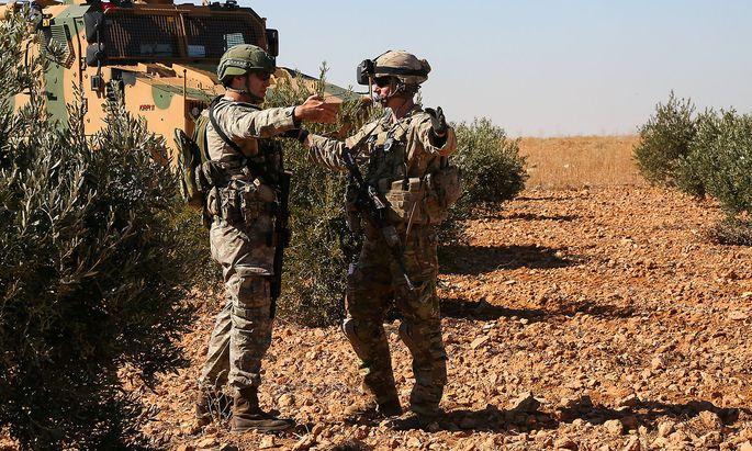 Ein US- und ein türkischer Soldat auf gemeinsamer Patrouille in Manbij.