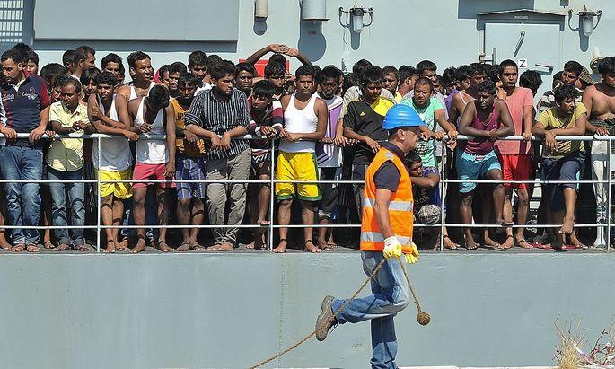 Flüchtlinge warten im Hafen von Palermo darauf, an Land gehen zu können. Der österreichische Verfassungsschutz will die Menschenmassen so gut wie möglich im Auge behalten.