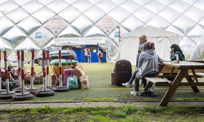 Die letzten Flüchtlinge verlassen ein Lager in Berlin.