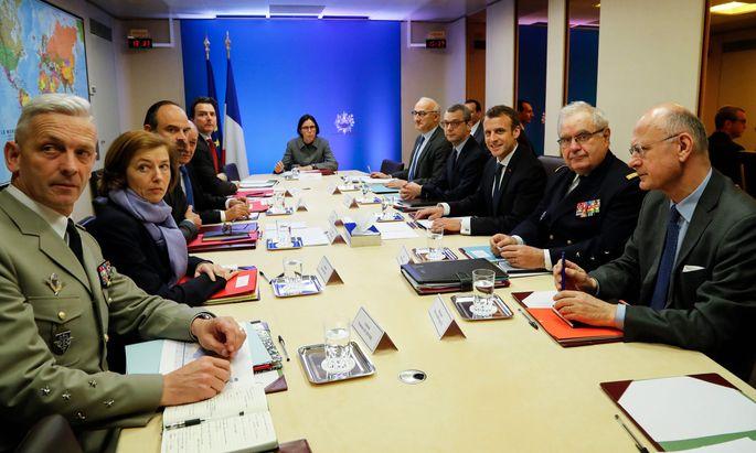 Nach den Militärschlägen in Syrien versammelte Emmanuel Macron sein Team im Krisenzentrum des Élysée-Palasts. Später absolvierte er einen Soloauftritt im Fernsehen.