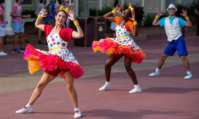 Performance vor einer World Disney World in Orlando, Florida.