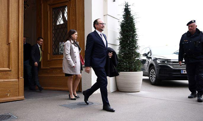 Alexander Schallenberg auf dem Weg zu Bundespräsident Alexander Van der Bellen in die Hofburg am Sonntag, dem 10. Oktober.