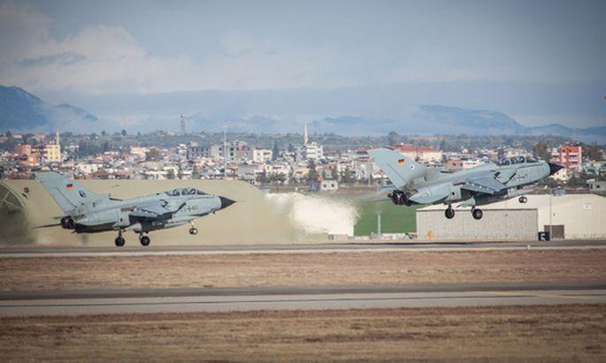 In Incirlik sind 250 Bundeswehrsoldaten stationiert, die den US-geführten Kampf gegen die Extremisten-Miliz Islamischer Staat (IS) mit Aufklärungsflügen unterstützen.