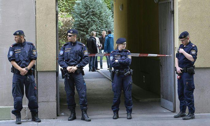 Einsatzkräfte vor dem Tatort