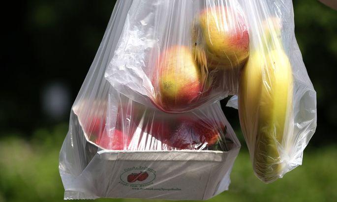 In Österreich kommen 400 Millionen Plastiksackerln allein über den Lebensmittelhandel pro Jahr in Umlauf. Um EU-Vorgaben im Umweltschutz zu erfüllen, reicht ein Plastiksackerlverbot nicht aus.