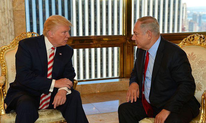 Israeli Prime Minister Benjamin Netanyahu (R) speaks to Republican U.S. presidential candidate Donald Trump during their meeting in New York