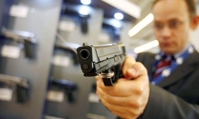 Symbolbild: Ein Mann testet eine Smith & Wesson Pistole, Modell M&P9, 9 Millimeter