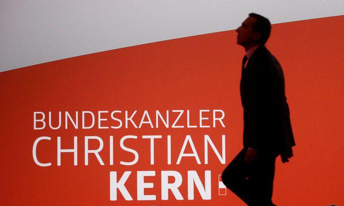 Bundeskanzler und SPÖ-Chef Christian Kern sagt, nichts von der Schmutzkübelkampagne gegen die ÖVP gewusst zu haben und verspricht Aufklärung.