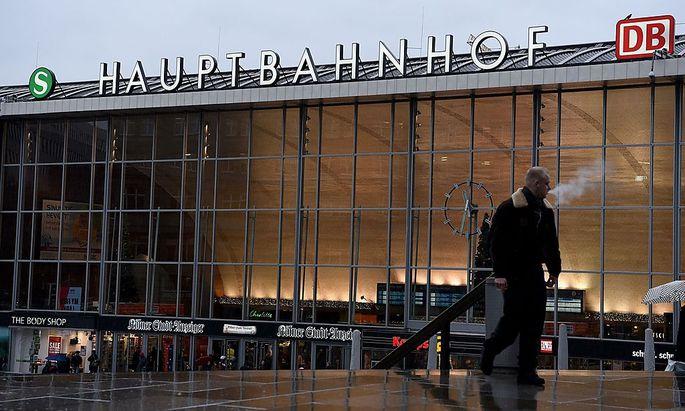Am Kölner Hauptbahnhof belästigten dutzende Männer feiernde Frauen.