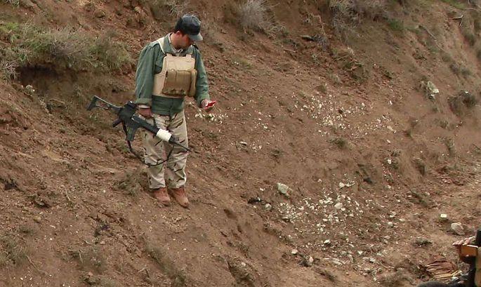 Ein kurischer Peschmerga-Kämpfer bei dem gefundenen Massengrab