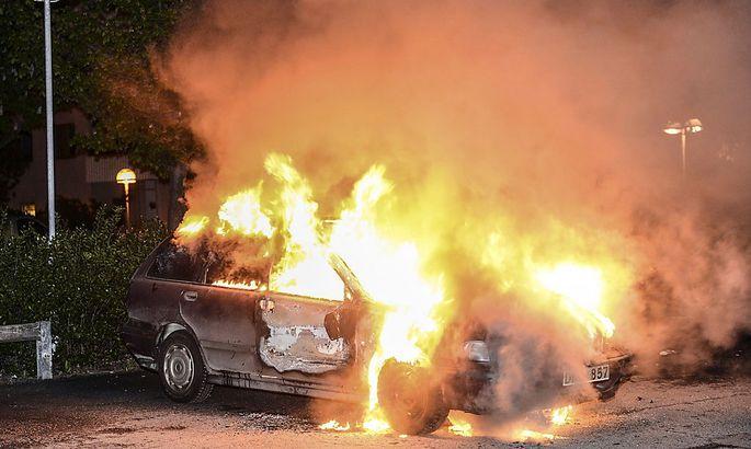 Ein brennendes Auto in der Stockholmer Vorstadt Kista.