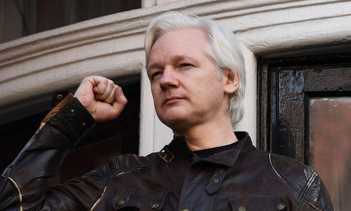 Assange auf dem Balkon der Botschaft von Ecuador - aus der er Anfang Mai ins Gefängnis transportiert wurde.