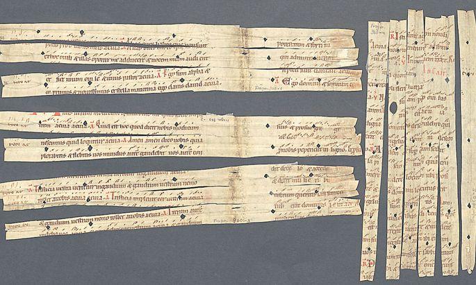 Fragmente einer liturgischen Schrift aus dem 12. Jahrhundert. Sie wurden verwendet, um Buchseiten zu verstärken.