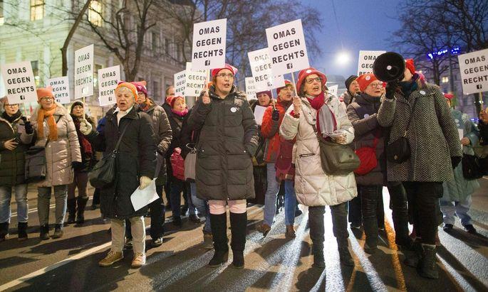 ''Omas gegen Rechts'' beim Protest gegen den Akademikerball