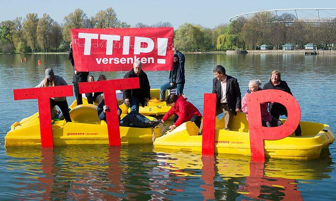 Viele gegner der Freihandelsabkommens TTIP üben Kritk an den internationalen Schiedsgerichten.
