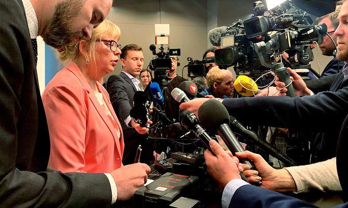 Die schwedische Vizeoberstaatsanwältin Eva-Marie Persson wird von internationalen Medienvertretern umringt.