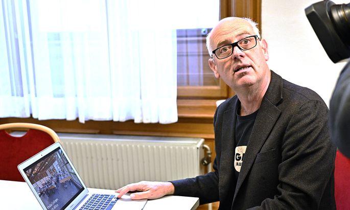 Ex-Grün-Politiker Christoph Chorherr kam mit seinem Computer ins Rathaus und lieferte eine Powerpoint-Präsentation.