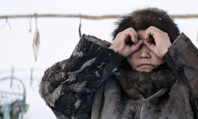 Auf dem Permafrostboden Jakutiens lebt der titelgebende Rentierjäger Nanouk mit seiner todkranken Frau, Sedna (Laiendarstellerin Feodosia Ivanova).