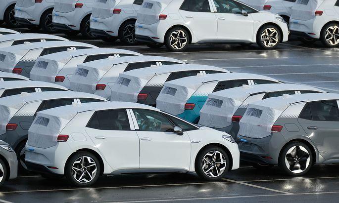 Archivbild: ID.3-Elektroautos von Volkswagen bei einem Werk in Zwickau.