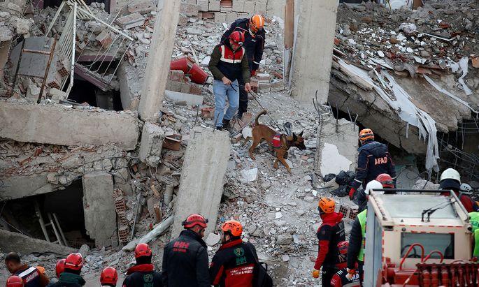Bergungsteams suchen in eingestürzten Häusern nach Überlebenden.