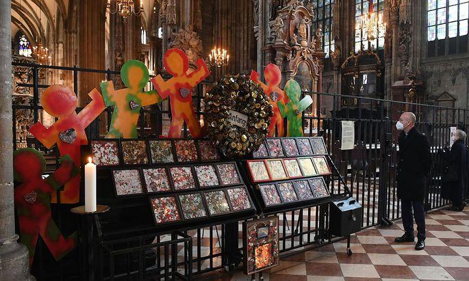 """Im Stephansdom erinnerte das """"DENK MAhn MAL"""" an die Opfer des Terrors. Zur Herstellung des Werks wurden Reste von Kerzen und Gaben verwendet, die von Trauernden an den Tatorten deponiert worden waren (im Bild: Dompfarrer Anton Faber)."""